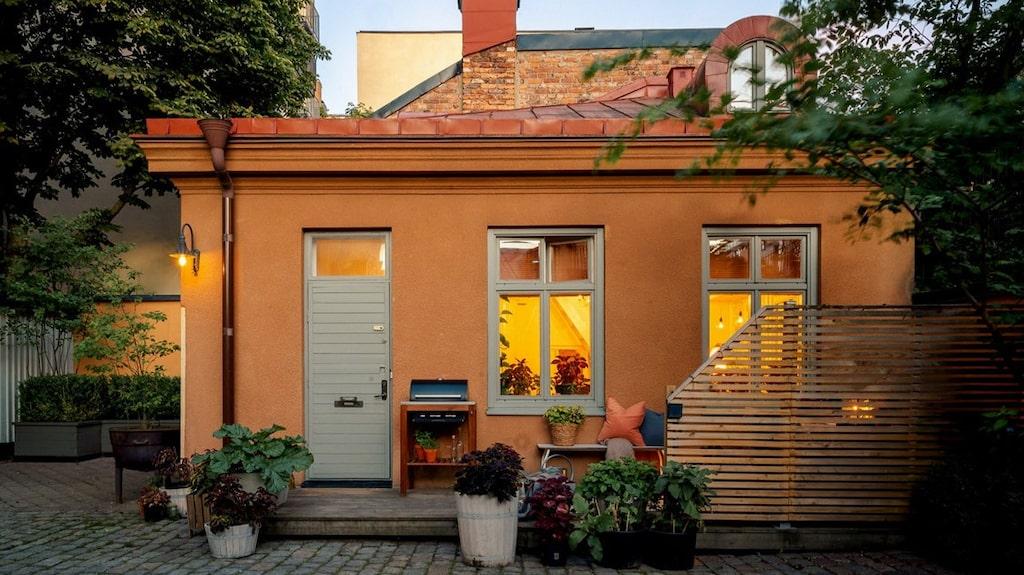 """Denna charmiga """"minivilla"""" ligger mitt inne i Stockholms city och kan bli din..."""