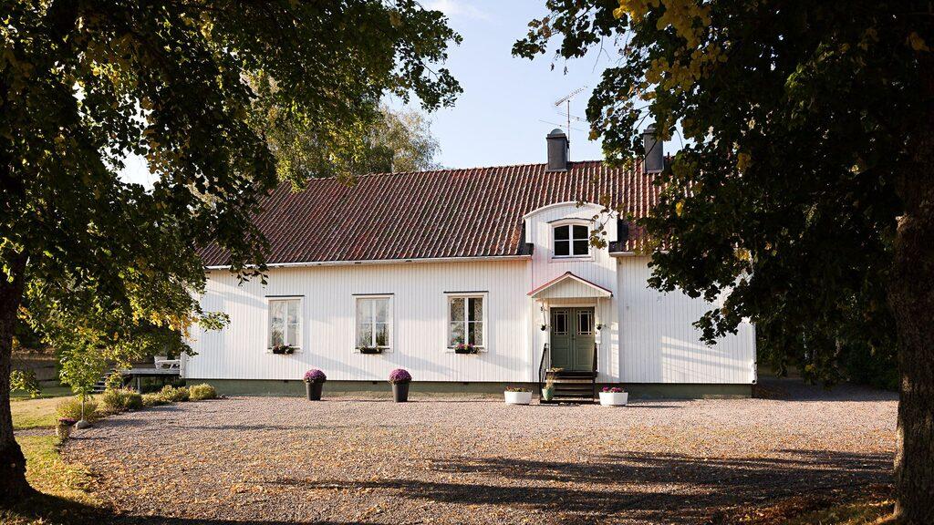 Kyrkans församlingshus har blivit omgjord till en villa som är till salu på Hemnet.
