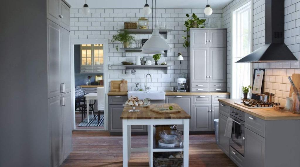 <p>Trendigt i grått. Kombinera det klassiska lantköket med öppna vägghyllor för fin överblick och luftig känsla. Här stommen Metod med luckan Bodbyn i grått från Ikea.</p>