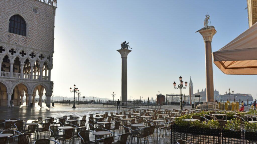 <p>Se Markusplatsen tidigt om du vill slippa alla turister.</p>