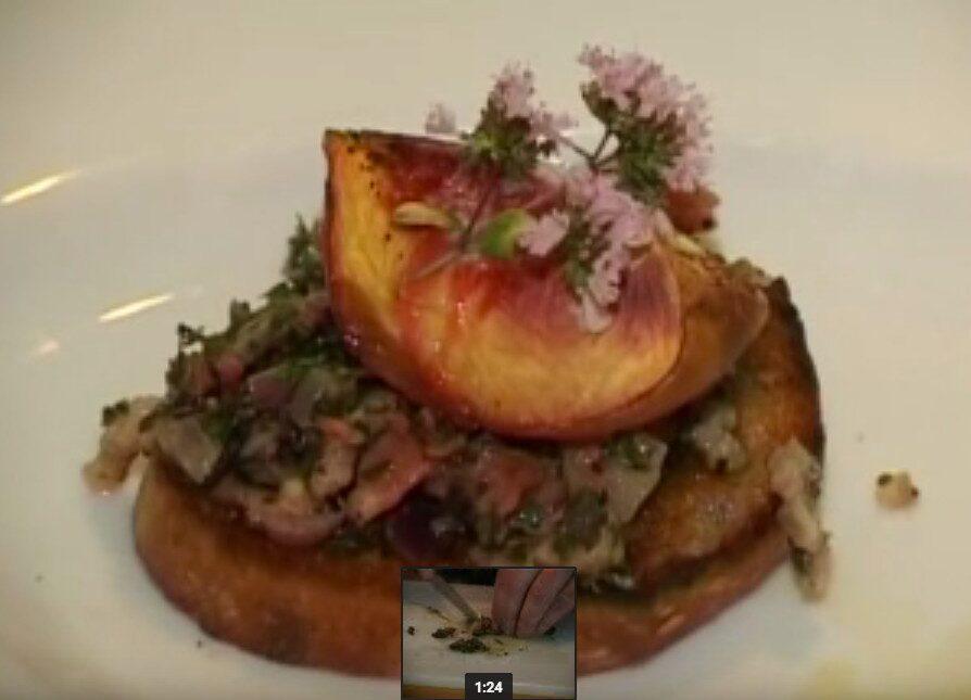 Mördarsnigel serverad på en toast med morötter, bacon och persikor a la krögaren Kallós. Vågar du testa?!
