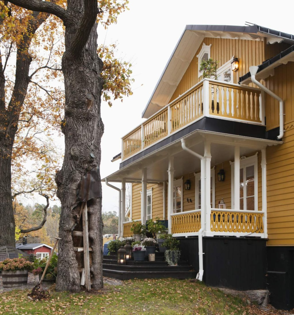 Läkarvillan står mitt i den gamla bruksorten Gustavsberg, utanför Stockholm. Verandan och trädgården, som vätter mot Lottas lägenhet, nyttjas bara av henne. Hon har fått en lägenhet med villakänsla.
