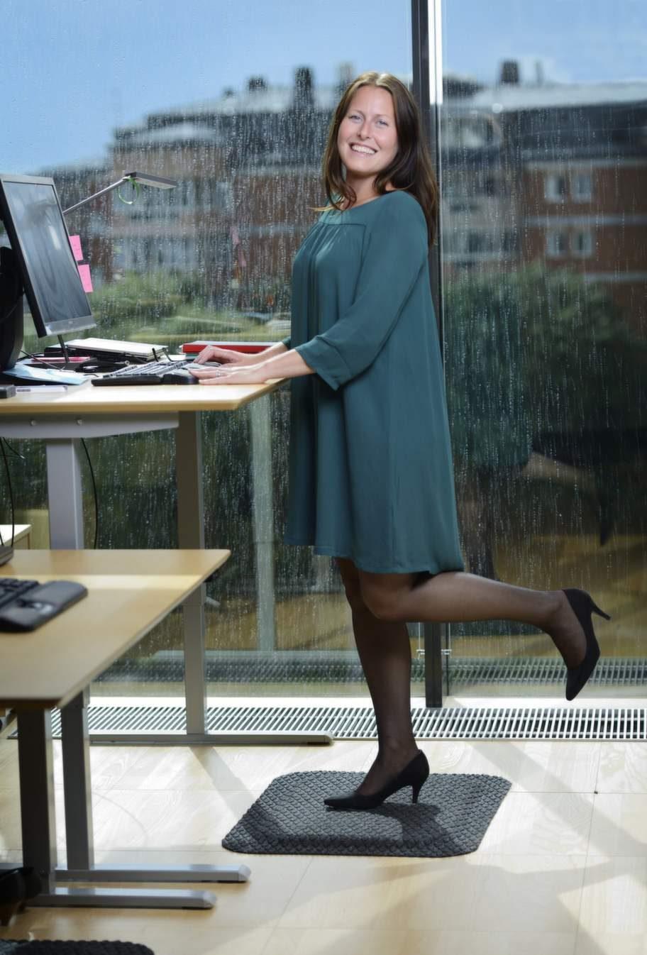 """<strong>STÅMATTA</strong><br><strong>Christina Söderlund, 33 år, vd-sekreterare på Postkodlotteriet, har  fått bättre hållning och bålstabilitet efter att börja stå halva sina  arbetsdagar.</strong><br>""""För ett och ett halvt år sedan såg jag en kollega som testade en ny sorts matta och sa till vår kontorschef att jag också ville prova eftersom jag får så dålig hållning när jag sitter mycket. Mattan gör en otrolig skillnad för fötterna och ryggen, jag kan stå mycket längre, till och med i högklackat. Innan stod jag kanske sammanlagt en och en halv timme, nu står jag halva dagarna och i början fick jag faktiskt träningsvärk i mage och rygg. Enda gångerna jag sätter mig ner är när jag behöver koncentrera mig extra mycket, som när jag ska fylla i ett Excelark eller redigera bilder, men ska jag bara läsa eller skriva mejl så står jag upp. Min hållning har blivit bättre, liksom bålstabiliteten. Nu har vi som arbetar nära varandra börjat pusha varandra, så när någon ställer sig upp följer alla andra efter."""""""
