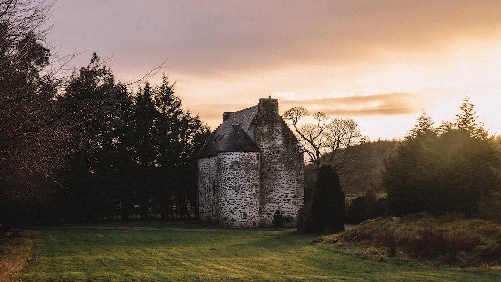 Kilmartin Castle är ett genuint gammalt stenslott byggt för en biskop år 1550.