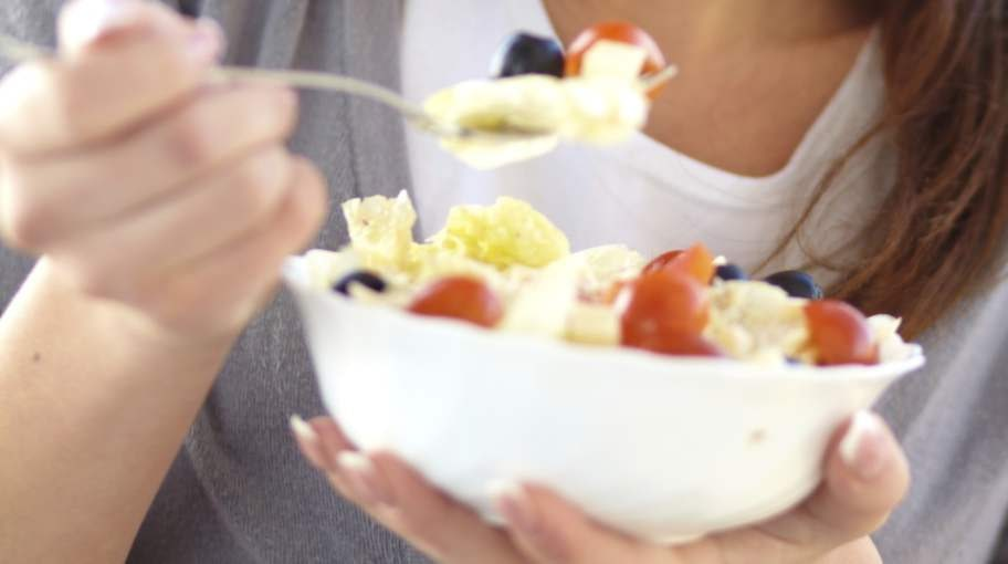 SMART MAT. En sallad eller en mindre portion av lunchen kan vara perfekt till mellanmål. Äter du regelbundet slipper du blodsockerfall och det blir lättare att göra genomtänkta matval. FOTO: THINKSTOCK