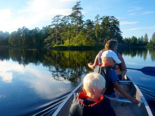 Att paddla kanot är ett bra sätt för den som vill uppleva Tivedens natur.