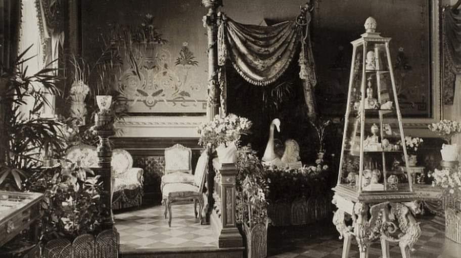 Här syns ägget på sin hylla i tsarinnan Maria Fjodorovnas kammare.