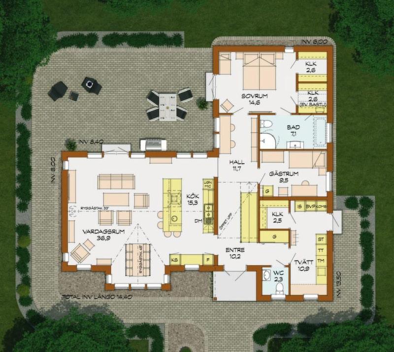 Högt i tak i vardagsrummet<br>Det här huset sticker fram två gavlar mot gatan. In mot trädgården skapar husets två vinklar en skyddad uteplats. Den vänstra huskroppen har full rymd upp till nocken under ryggåstaket. Här finns ett stort vardagsrum med matplats som är öppen mot köksdelen. Innanför entrén är hallen öppen upp till övervåningen där det finns två sovrum, ett allrum och bra förvaring.Föräldrarnas sovavdelning på nedre planet är i lyxigare klass, med stort privat badrum, plats för bastu och arbetsrum med plats för gäster. Dubbeldörrar öppnar mot trädgården, både från sovrum och vardagsrum.