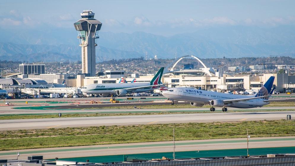 Familjen fick skönt sängläge hela vägen till Los Angeles flygplats.