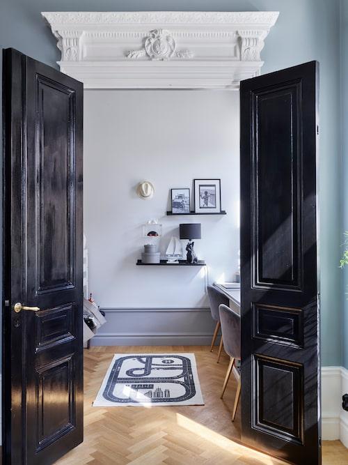 Dörröppningen in till Ralphs rum restaurerats och fått sin ursprungliga höjd. Dörröverstycket är gjort efter en mall från grannfastigheten.