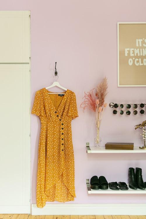 Isabels dressingroom har mycket färg och stort svängrum. Klänning, Lulus. Tavla, Grandpa Store.