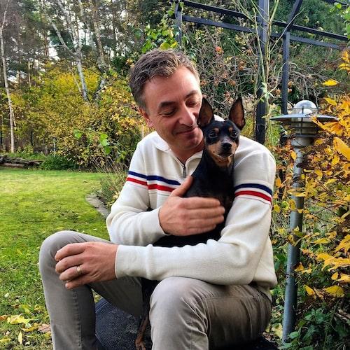Tareq Tayor tar en kaffepaus i trädgården tillsammans med dvärgpinchern Bruno. Under sommaren är Tareq mer utanför än inuti huset. Han gillar att bygga och har bland annat svetsat en spaljé.