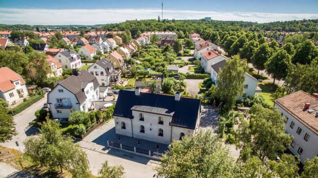 Huset som nu ligger ute till försäljning ligger i Eskilstuna och påminner utvändigt om en gamma kyrka eller ett stationshus.