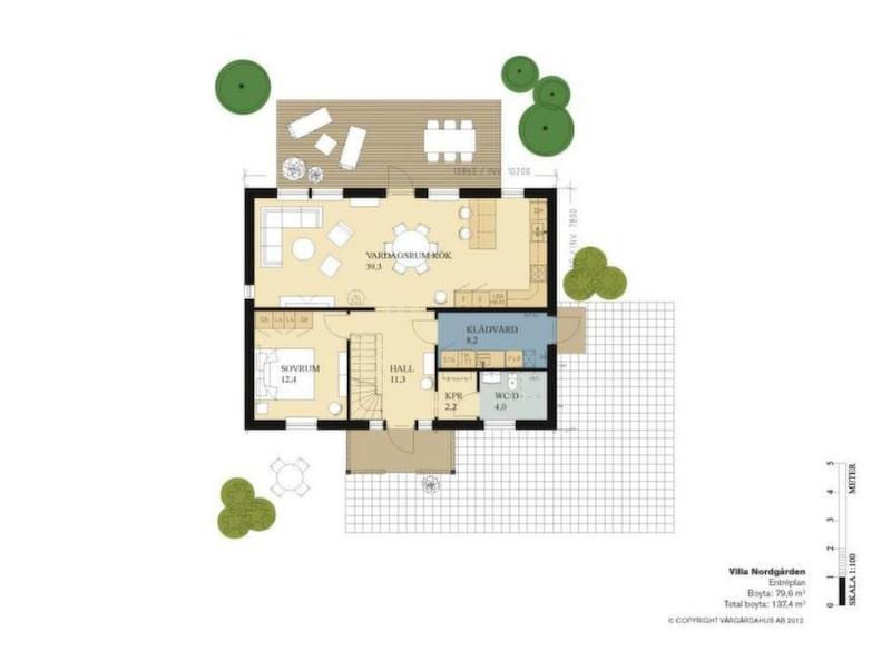 En klassisk liten miniherrgård med snickarglädje och välkomnande veranda som tar tillvara på ytorna på ett bra sätt. Från hallen ser man rakt genom huset ut mot trädgården. Kök och vardagsrum har öppen planlösning, med bra arbetsytor. På nedre planet finns ett stort sovrum.