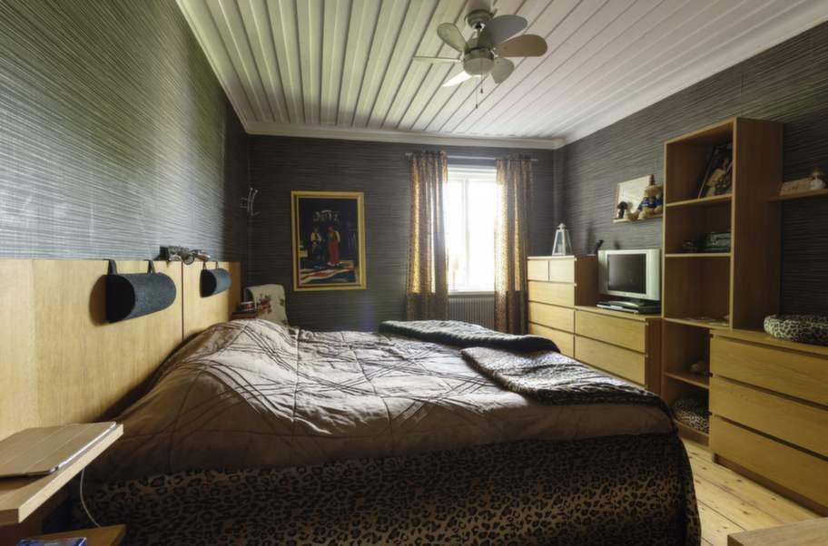 """<strong>FÖR VILA</strong>. """"Sovrummet ska vara rogivande. Enkelt och mörkt"""", säger John Houdi om det leopardsmyckade krypinet."""