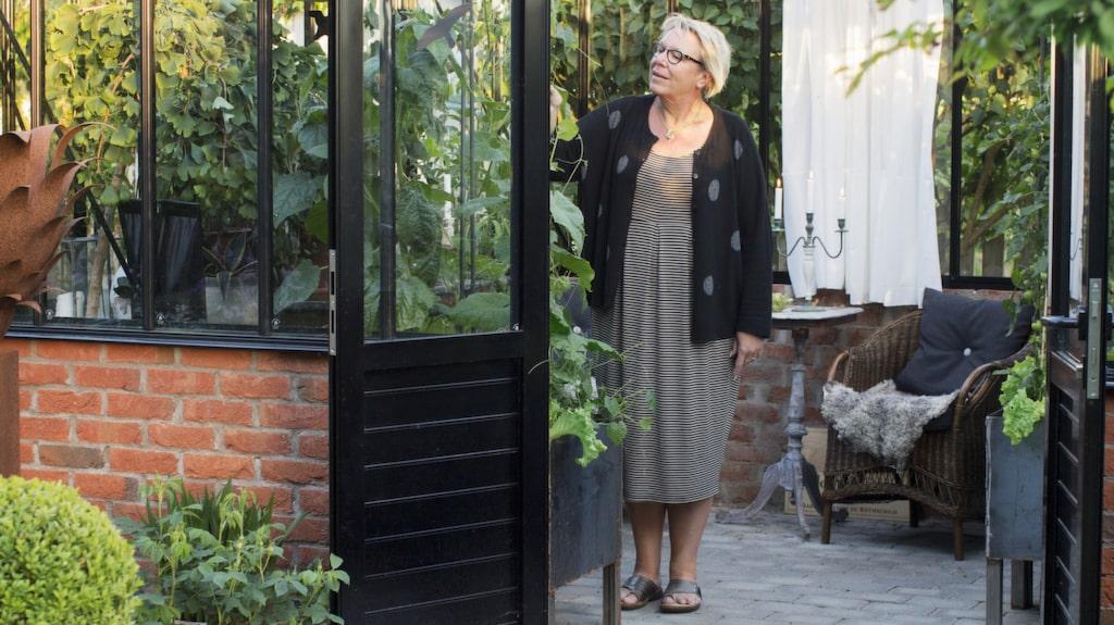 """Margareta älskar att hon bara kan gå ut i växthuset och plocka egenodlad gurka till sin tzatziki, eller färska kryddor till mat- lagningen. Växthuset är av modellen """"Gothic"""" från Willab garden."""