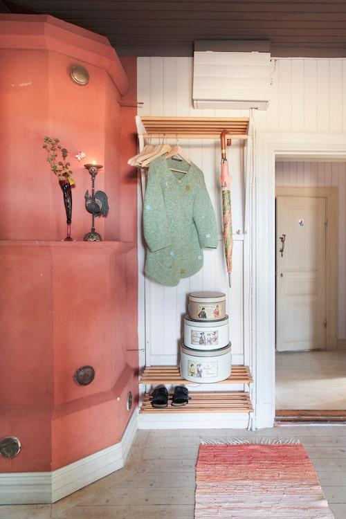 Dekorativa askar och paraplyer ger ettordnat intryck i hallen. Askar och paraply, Stockhammars Inredning, Askersund.