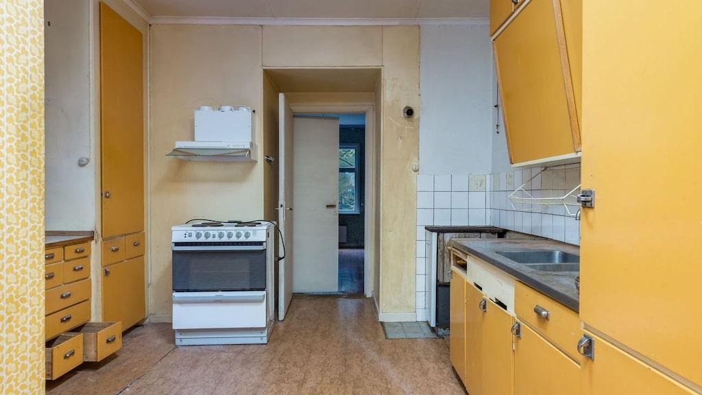 I huset finns två kök som är i äldre standard.