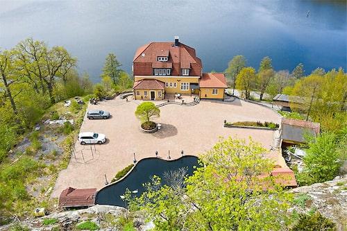 Villan ligger på en klippa vid Mälaren.