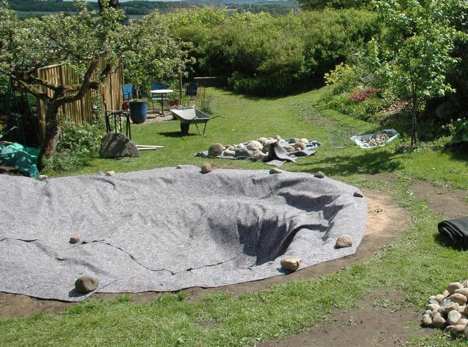 6. MJUK MATTA Innan det var dag att lägga ut dammduken behövdes en mjuk matta av lump som skydd mellan marken och duken.