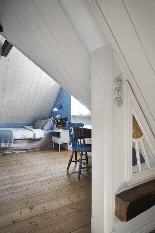 Ett av många sovrum. Snedtak och takbjälke som sig bör i ett så gammalt hus.