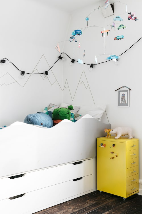 Stigs rum ligger innanför Hans och Tinas. Hans har byggt sänggaveln vars bergsform följs upp på väggen. Gul hurts från Ikea. Sängen är byggd av Ikea-delar. Väggdekaler från Matildas house.