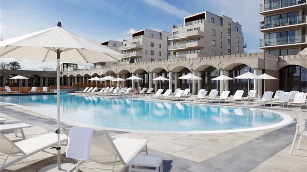 Nej, det är inte en härlig pool någonstans på Mallorca. Men nu kan du bo precis som på chartersemestern där det bara är gå ut och slänga sig i vattnet.