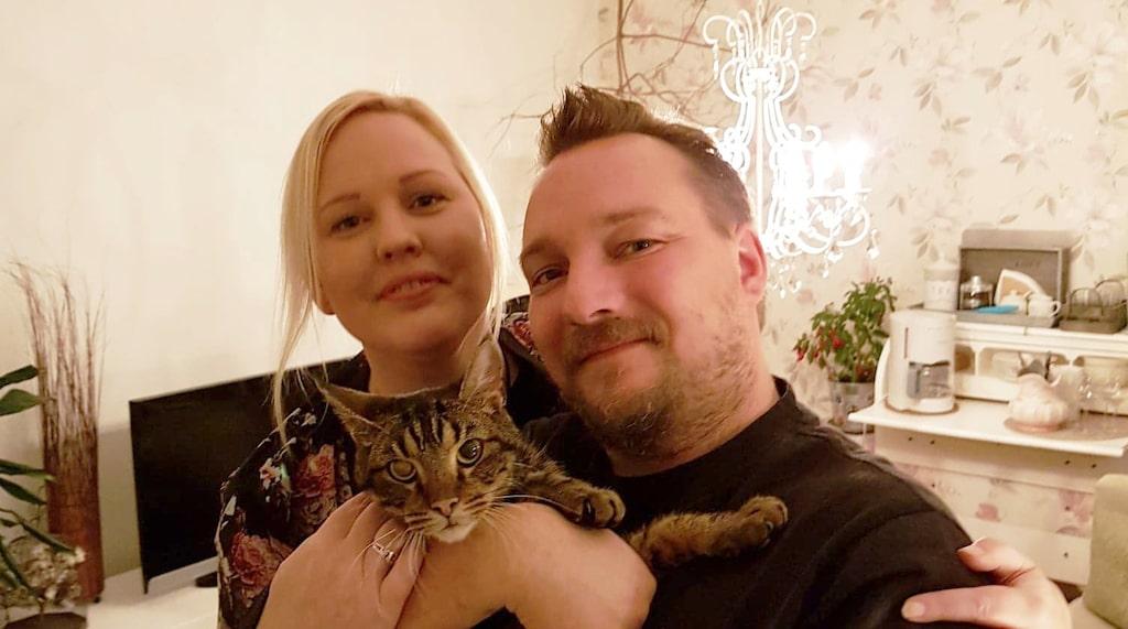 Nina Segerman och Patrik Österlund tvekade inte att ta hem den utsvultna katten från varuhuset.
