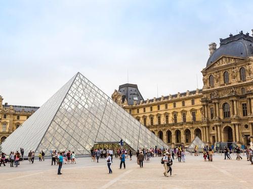 Louvren är den världsberömda tavlan Mona Lisas hem, och är fyra i listan över de tio mest populära sevärdheterna 2018.
