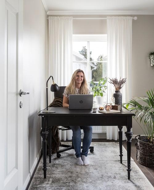 Ett av de utflyttade killarnas sovrum används som hemmakontor när Ingela och Anders jobbar hemifrån. Matta, Mio. Skrivbordet, från tidigt 1900-tal, är ett Blocket-fynd.