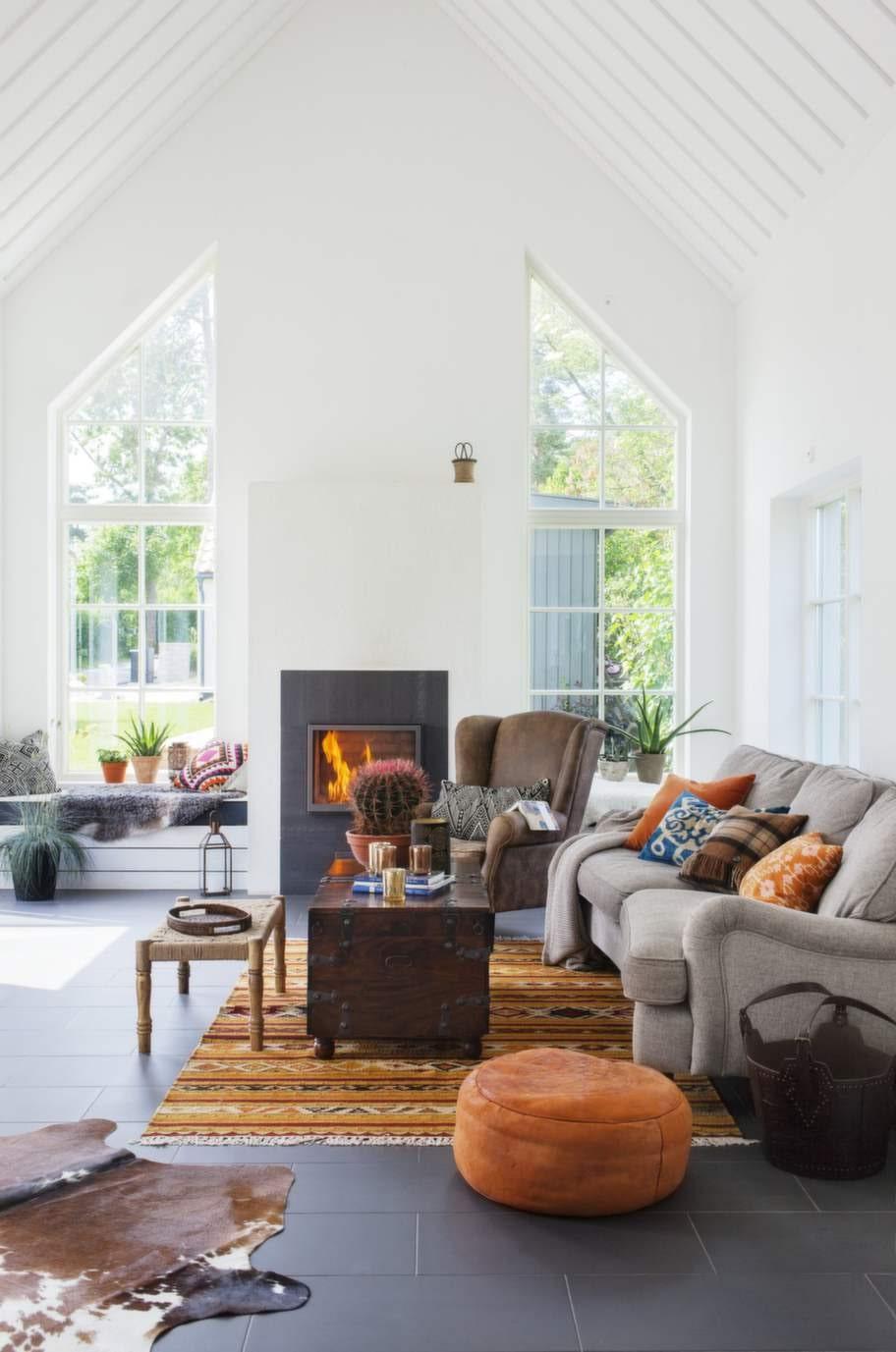 Rustikt och ombonat till vita väggar. Orange, brunt och tuffa etniska mönster ger en varm känsla.