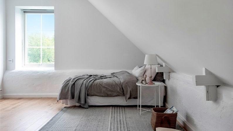 Båda sovrummen på övervåningen är så pass rymliga att garderober skulle kunna byggas till vid behov.