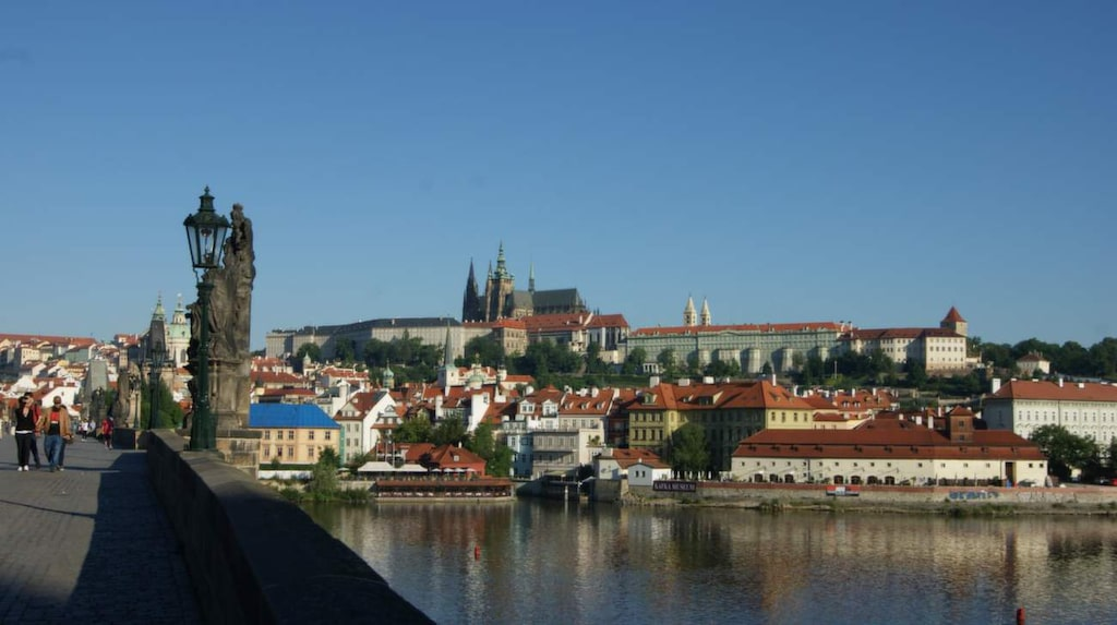 Utsikt från Karlsbron.Uppe på en kulle överblickar Pragborgen floden Moldau.