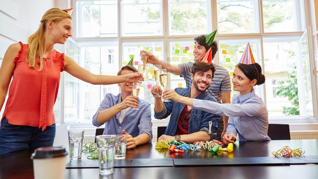 Dela ut partyhattar, partytutor och annat till gästerna så lättar det upp stämningen.