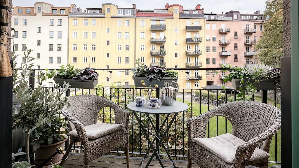 På balkongen kan man njuta av morgon- och förmiddagssolen tack vare det raka österläget. Härifrån blickar man ut över den ovanligt stora och härligt grönskande innergården.