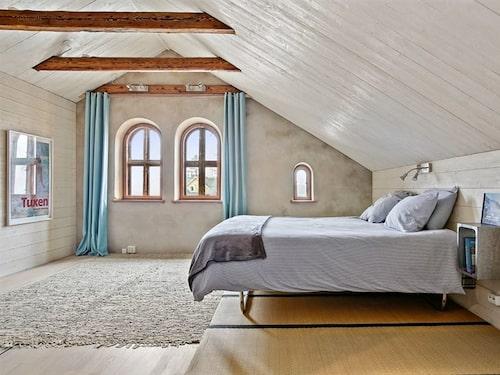 Sovrummet på övre plan är rymligt och har takbjälkar.