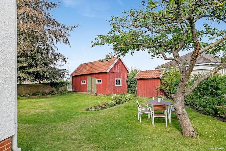 Tomten är på 841 kvadratmeter och har ett äldre uthus.