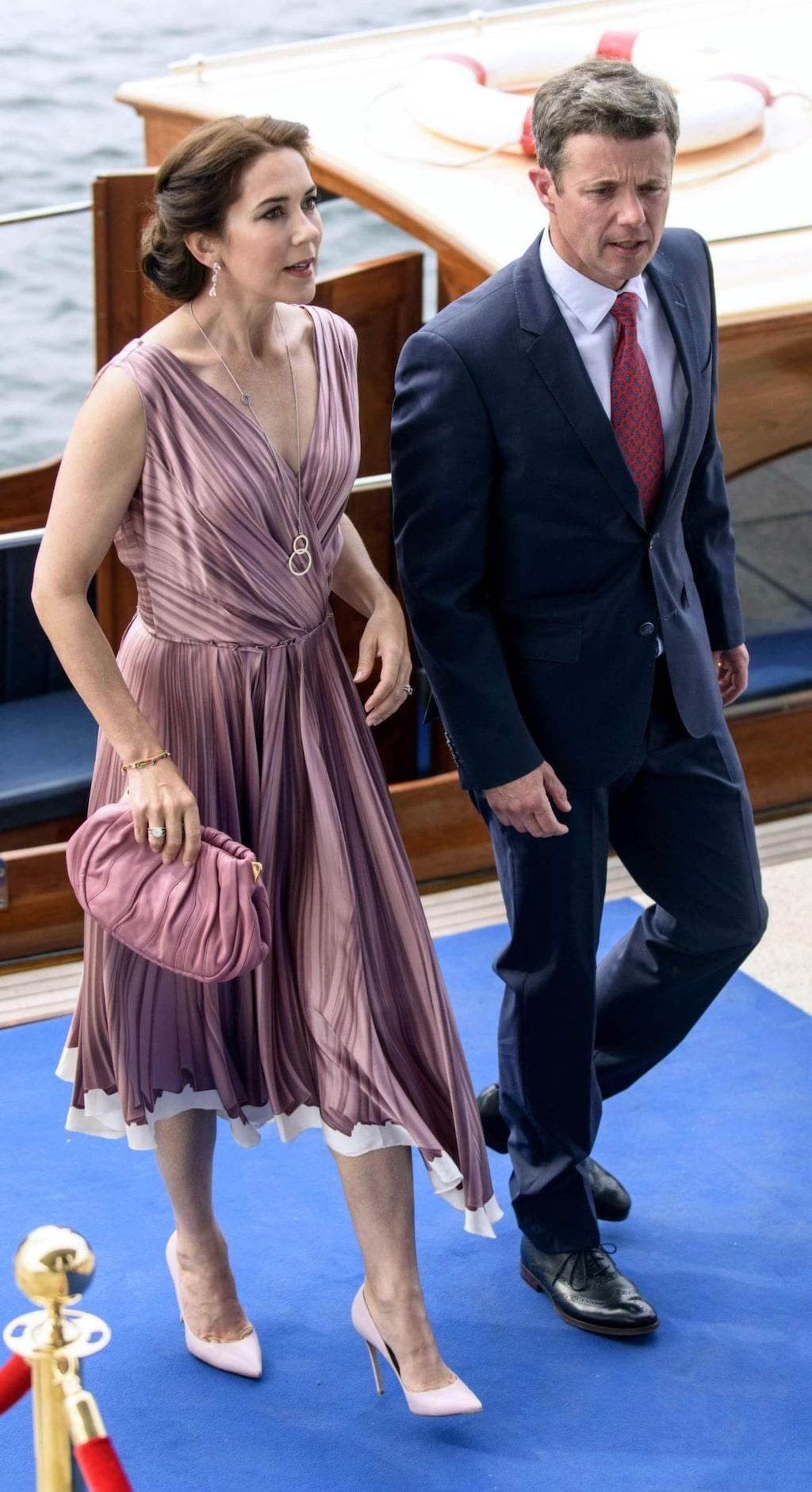 """<a _mce_href=""""http://www.expressen.se/mode/kronprinsessan-mary/"""" href=""""http://www.expressen.se/mode/kronprinsessan-mary/"""">Kronprinsessan Mary av Danmark</a> är en mästare på att matcha ton i ton. I juli 2015 återanvände hon en <a _mce_href=""""http://www.expressen.se/mode/kungligheter/nordiska-kungahus/mary/mary-ateranvander-en-11-ar-gammal-klanning/"""" href=""""http://www.expressen.se/mode/kungligheter/nordiska-kungahus/mary/mary-ateranvander-en-11-ar-gammal-klanning/"""">11 år gammal Prada-klänning</a>."""