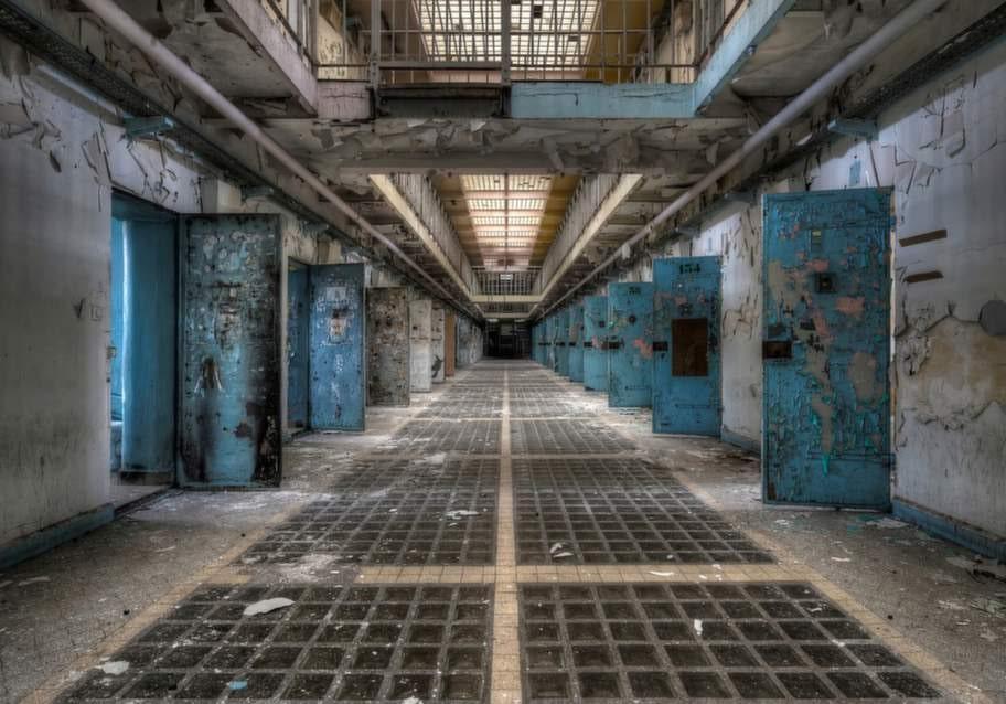 Ett gammalt övergivet fängelse.
