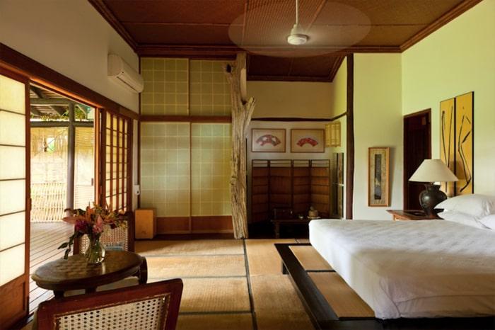 Ett av många sovrum med direkt utgång till terrass.