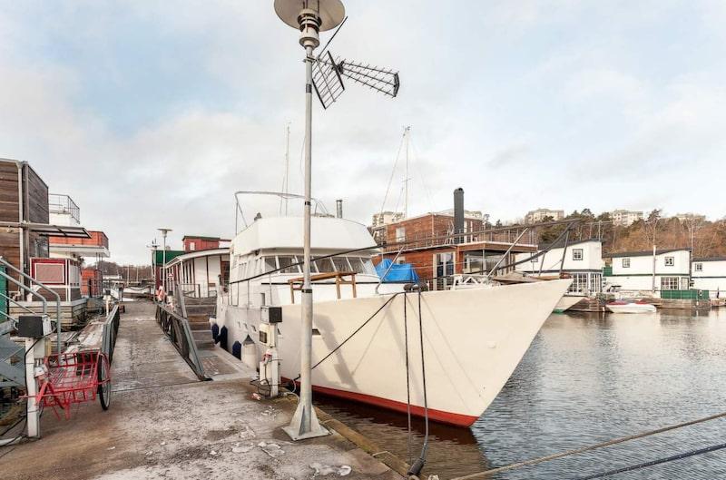 M/Y Nöjet ligger på Karlbergs strand i Stockholm och rymmer hela fyra rum.