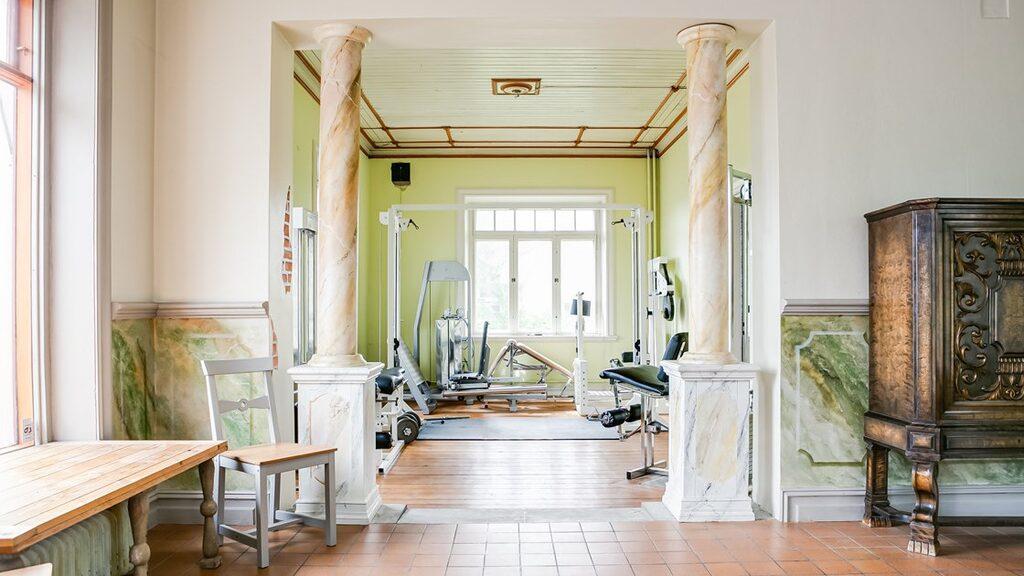 På första våningen där en butik legat tidigare finns nu ett eget gym. Kolla in pelarna!