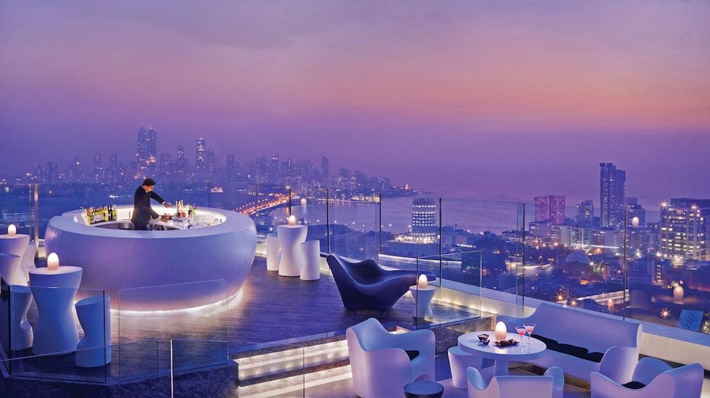 Takbaren på Four Seasons Hotel Mumbai är den perfekta utkiksplatsen för att se solnedgången över Mumbai.