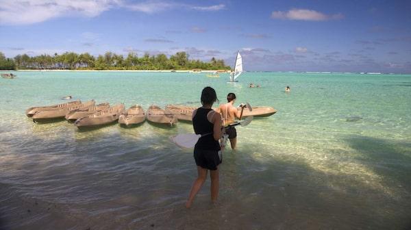 Denna strand ligger i Murilagunen och där är det så grunt att man kan vada ut till någon av de fyra små, öde korallöarna.