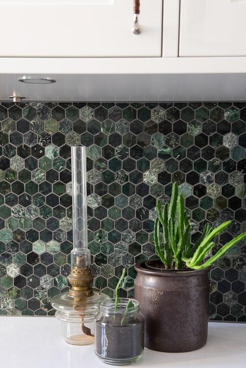 Mosaik av grön marmor från Bricmate.