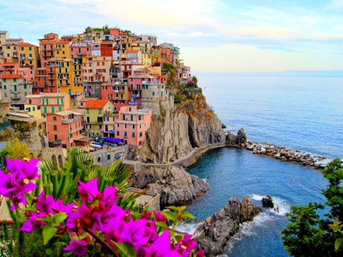 De fem kända byarna i Cinque Terre ligger längs kusten i Ligurien.