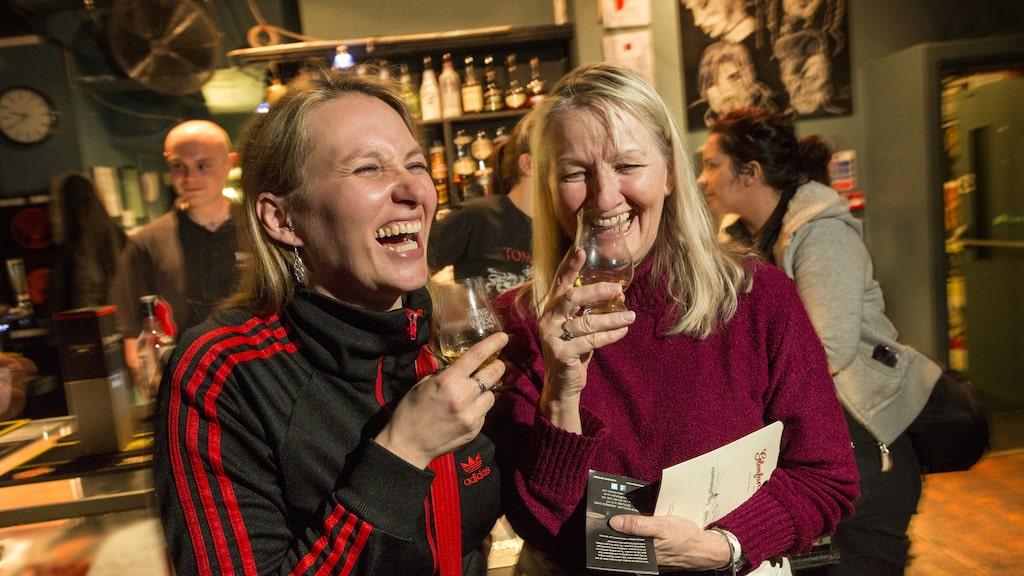 Två glada provsmakare på Inverness Whiskey Festival.