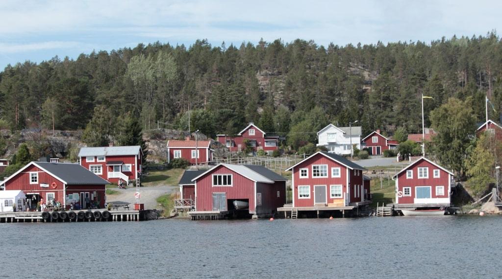 I det gamla fiskeläget Bönhamn står sjöbodarna tätt.