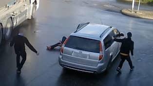 Parkerade fel slapades efter polisbil