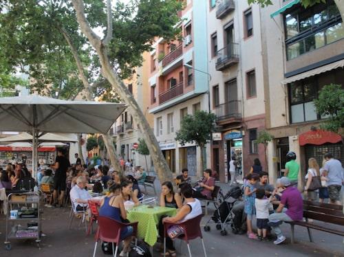 Charmiga torg och vackra små gator i stadsdelen Gràcia.